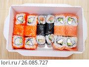 Купить «Японская кухня. Сет роллов в картонной коробке», фото № 26085727, снято 21 февраля 2017 г. (c) Глазков Владимир / Фотобанк Лори