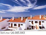 Купить «Морской курорт: белые домики с черепичной крышей и живописное небо», фото № 26085843, снято 17 апреля 2017 г. (c) SummeRain / Фотобанк Лори