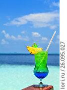 Купить «Glass of drink is on a beach table», фото № 26095027, снято 19 августа 2018 г. (c) М / Фотобанк Лори