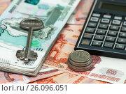 Купить «Покупка недвижимости с помощью ипотеки. Ключ от квартиры и калькулятор лежат на пятитысячных купюрах», эксклюзивное фото № 26096051, снято 16 апреля 2017 г. (c) Игорь Низов / Фотобанк Лори