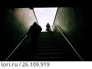 Dos personas hombre y mujer de espaldas irreconocibles subiendo unas escaleras. London Bridge, London, UK, Europa. Стоковое фото, фотограф Lluís Real / age Fotostock / Фотобанк Лори