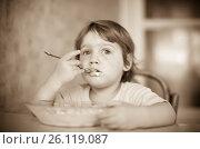 Купить «child himself eats from plate», фото № 26119087, снято 5 июля 2012 г. (c) Яков Филимонов / Фотобанк Лори