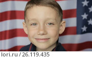 The boy's portrait against the background of the American banner. Close up. Стоковое видео, видеограф Олег Башкир / Фотобанк Лори