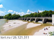 People enjoy sunny hot weather on the river banks of Isar river in Munich (2016 год). Стоковое фото, фотограф Юрий Дмитриенко / Фотобанк Лори