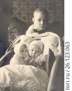 Купить «Двое детей, 1962 год, город Петрозаводск», фото № 26123063, снято 19 ноября 2018 г. (c) Сергей Костин / Фотобанк Лори