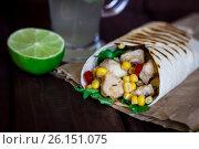 Курица с овощами завернутая в лаваш, лайм, напиток. Стоковое фото, фотограф Галина Жигалова / Фотобанк Лори