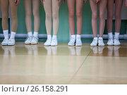 Купить «Детские ноги юных спортсменов в белых спортивных кроссовках стоят в линию в тренажерном зале», фото № 26158291, снято 29 апреля 2017 г. (c) Кекяляйнен Андрей / Фотобанк Лори