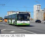 Купить «Городской автобус на следует по маршруту. Электрозаводский мост. Район Соколиная гора. Москва», эксклюзивное фото № 26160071, снято 3 мая 2017 г. (c) lana1501 / Фотобанк Лори