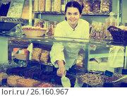 Vendor recommends sweet fruit nuts. Стоковое фото, фотограф Яков Филимонов / Фотобанк Лори