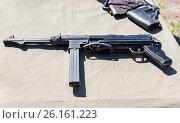 Купить «Старинное оружие. Немецкий пистолет-пулемет Шмайссера времен Второй мировой войны», фото № 26161223, снято 30 апреля 2017 г. (c) FotograFF / Фотобанк Лори
