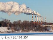 Купить «Тепловая электростанция (ТЭЦ-1) в Ярославле: дым из труб на морозе зимой», фото № 26161351, снято 6 февраля 2017 г. (c) Илья Бесхлебный / Фотобанк Лори