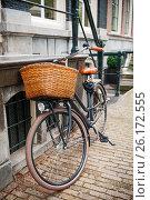 Велосипед у дома, Амстердам, Нидерланды (2016 год). Редакционное фото, фотограф Елена Поминова / Фотобанк Лори