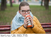 Купить «Молодая женщина согревается горячим напитком в холодный день», фото № 26183715, снято 6 мая 2017 г. (c) Victoria Demidova / Фотобанк Лори