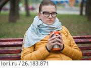 Купить «Молодая девушка согревается горячим напитком в холодный день», фото № 26183871, снято 6 мая 2017 г. (c) Victoria Demidova / Фотобанк Лори