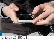 Купить «Смартфон в руках у молодого человека», фото № 26185711, снято 6 мая 2017 г. (c) Богданов Степан / Фотобанк Лори