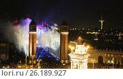 Picturesque square in Christmas night with the city lights in Barcelona (2017 год). Стоковое видео, видеограф Яков Филимонов / Фотобанк Лори