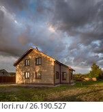 Дачный двухэтажный дом. Недавно построенный. Вечер, закат, мрачное облачное небо. (2016 год). Стоковое фото, фотограф Павел Семенцов / Фотобанк Лори