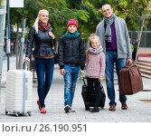 Купить «Parents with two kids chasing streets», фото № 26190951, снято 20 марта 2018 г. (c) Яков Филимонов / Фотобанк Лори