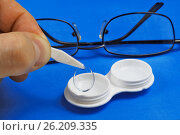 Купить «Удаление контактной линзы из футляра для хранения», фото № 26209335, снято 7 апреля 2010 г. (c) Круглов Олег / Фотобанк Лори