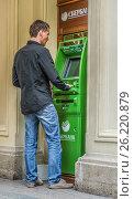 Купить «Мододой человек снимает деньги в банкомате Сбербанка в ГУМе», эксклюзивное фото № 26220879, снято 5 мая 2017 г. (c) Виктор Тараканов / Фотобанк Лори