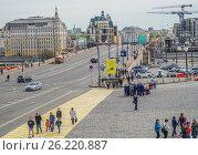 Купить «Вид на Большой Москворецкий мост и улицу Балчуг в центре города Москвы», эксклюзивное фото № 26220887, снято 5 мая 2017 г. (c) Виктор Тараканов / Фотобанк Лори