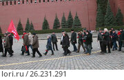 5 марта 2017 - коммунисты несут цветы на могилу Сталина в день его смерти. Редакционное видео, видеограф Nadya S. / Фотобанк Лори