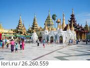 Храмы пагоды Шведагон солнечным днем. Янгон, Бирма (2016 год). Редакционное фото, фотограф Виктор Карасев / Фотобанк Лори
