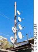 Купить «Спутниковые телевизионные антенны установлены на столбе на фоне неба», фото № 26261819, снято 1 мая 2017 г. (c) FotograFF / Фотобанк Лори