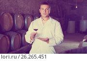 Купить «Male keeping ageing process of wine», фото № 26265451, снято 22 сентября 2016 г. (c) Яков Филимонов / Фотобанк Лори