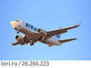 "Купить «Самолёт Boeing 737-500 VP-BYM авиакомпании ""ЮТэйр"" заходит на посадку на фоне голубого неба на закате», фото № 26266223, снято 13 мая 2017 г. (c) Максим Мицун / Фотобанк Лори"