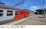 Купить «Пригородный поезд на железнодорожной станции Москва-3», видеоролик № 26292967, снято 16 мая 2017 г. (c) Parmenov Pavel / Фотобанк Лори
