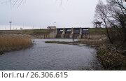 Дамба водохранилища (2013 год). Стоковое фото, фотограф Денис Сураев / Фотобанк Лори