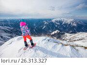 Купить «Девушка стоит на вершине горы и смотрит в даль», фото № 26313327, снято 15 апреля 2017 г. (c) Поволкович Федор / Фотобанк Лори