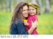 Mother and little daughter in spring park. Стоковое фото, фотограф Sergey Borisov / Фотобанк Лори