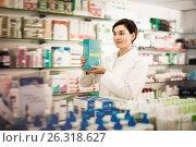 Купить «Adult female offering reliable medicine», фото № 26318627, снято 31 января 2017 г. (c) Яков Филимонов / Фотобанк Лори