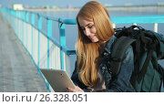 Купить «Girl tourist sitting with tablet», видеоролик № 26328051, снято 11 мая 2017 г. (c) Сергей Мнацаканов / Фотобанк Лори