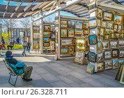 """Купить «Продажа картин в """"Музеоне"""", Москва», эксклюзивное фото № 26328711, снято 14 мая 2017 г. (c) Виктор Тараканов / Фотобанк Лори"""