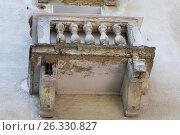 Купить «Полуразрушенный балкон жилой пятиэтажки», фото № 26330827, снято 16 мая 2017 г. (c) 1Andrey Милкин / Фотобанк Лори