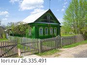 Купить «Зеленый деревянный домик в сельской местности», эксклюзивное фото № 26335491, снято 19 мая 2017 г. (c) Елена Коромыслова / Фотобанк Лори