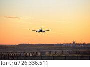 Купить «Самолёт приземляется на полосу вечером на закате», фото № 26336511, снято 13 мая 2017 г. (c) Максим Мицун / Фотобанк Лори
