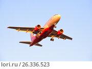 Купить «Самолёт Airbus A319 VP-BBU авиакомпании Россия с выпущенными шасси идет на посадку освещенный заходящим солнцем», фото № 26336523, снято 13 мая 2017 г. (c) Максим Мицун / Фотобанк Лори