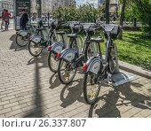 Купить «Пункт велопроката на Страстном бульваре», эксклюзивное фото № 26337807, снято 18 мая 2017 г. (c) Виктор Тараканов / Фотобанк Лори