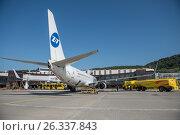 Наземное обслуживание самолета Boeing 737-8AS авиакомпании UTair в Международном аэропорту Сочи (2016 год). Редакционное фото, фотограф Екатерина Лызлова / Фотобанк Лори