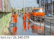 Купить «Мытье тротуара.», фото № 26340079, снято 10 мая 2017 г. (c) Акиньшин Владимир / Фотобанк Лори