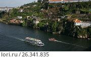 Boats on Douro river in Porto, Portugal, видеоролик № 26341835, снято 8 мая 2017 г. (c) Лиляна Виноградова / Фотобанк Лори