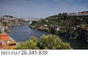 Boats on Douro river in Porto, Portugal, видеоролик № 26341839, снято 8 мая 2017 г. (c) Лиляна Виноградова / Фотобанк Лори