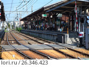 Платформа железнодорожной станции Hase в центре города Камакура (Kamakura), Япония (2013 год). Редакционное фото, фотограф Кекяляйнен Андрей / Фотобанк Лори