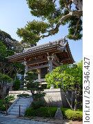 Традиционная деревянная колокольня с колоколом во внутреннем дворе в японском храме Hasedera в городе Камакура, Япония (2013 год). Редакционное фото, фотограф Кекяляйнен Андрей / Фотобанк Лори