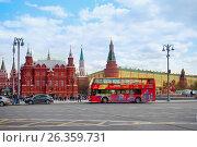 Купить «Москва. Городской пейзаж с туристическим автобусом City Sihgtseeng возле Государственного исторического музея и башен Кремля», фото № 26359731, снято 13 мая 2017 г. (c) Татьяна Белова / Фотобанк Лори