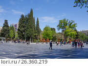 Купить «BAKU, AZERBAIJAN - MAY 2017: Pedestrian only zone (fountain square) in downtown», фото № 26360219, снято 27 апреля 2017 г. (c) Аркадий Захаров / Фотобанк Лори
